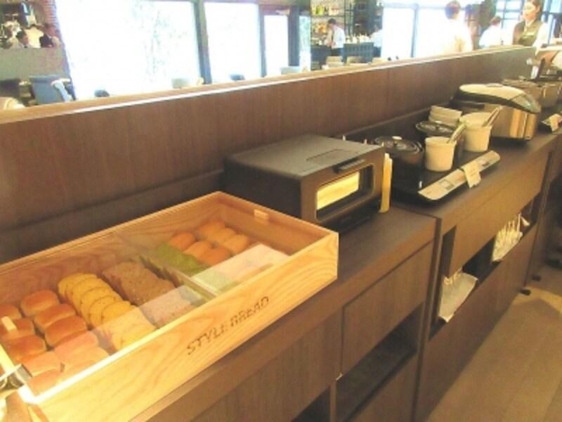 パンやご飯のブッフェ台