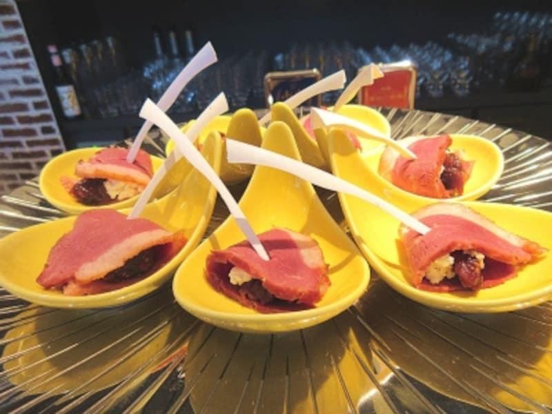 ドライイチジクの赤ワイン煮とカッテージチーズ鴨胸肉のローストピンチョス