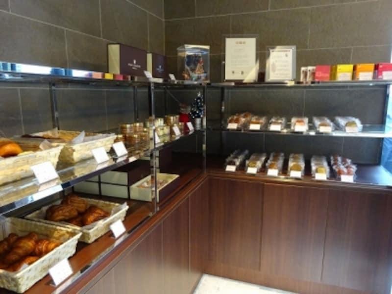 ヴィエノワズリーや焼き菓子、「CACAOHUNTERS」のチョコレートタブレットも並ぶ「ポール・サンセール」の店内