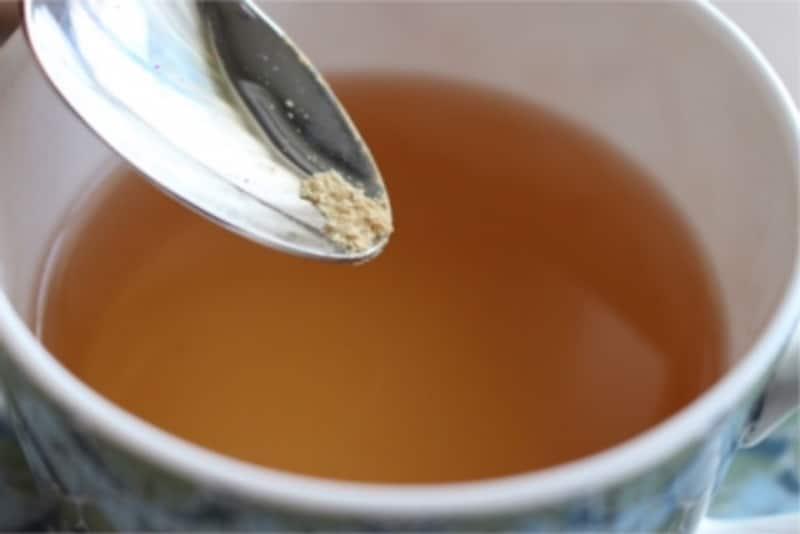 粉状のショウガはお茶を入れたカップに後入れ