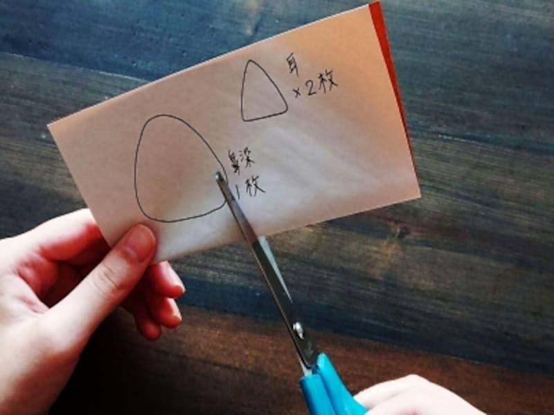 下書きした色紙を半分に折ってハサミで切る