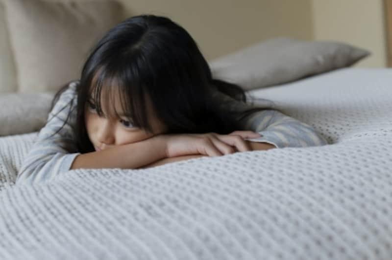親から距離を置き、急に一人でふさぎこんだりと、反抗期には子供自身も不安や葛藤を抱えます