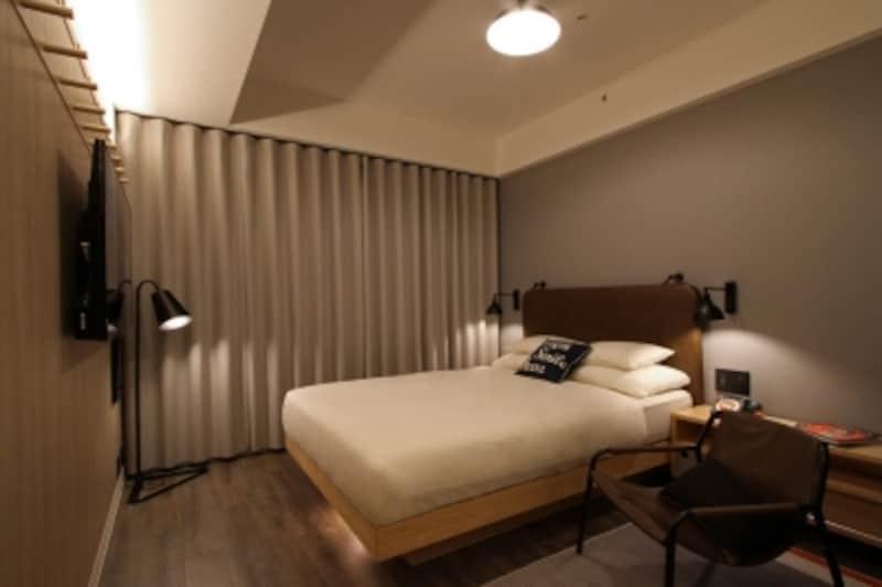 スタンダードルーム。他ホテルより天井が高く、20平方メートル以上に広く感じる空間になっている