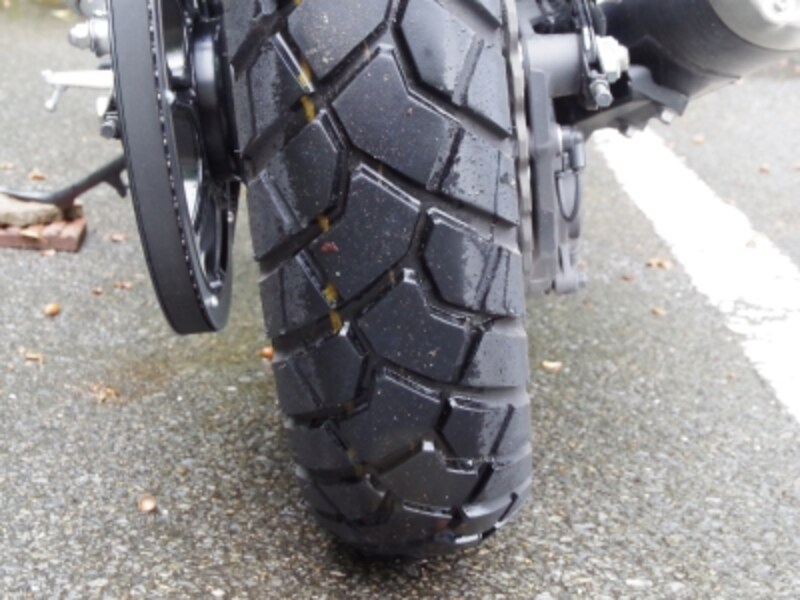 SCR950のタイヤパターンは本格的なオフロード向けではないが、砂利道ぐらいなら走れそう