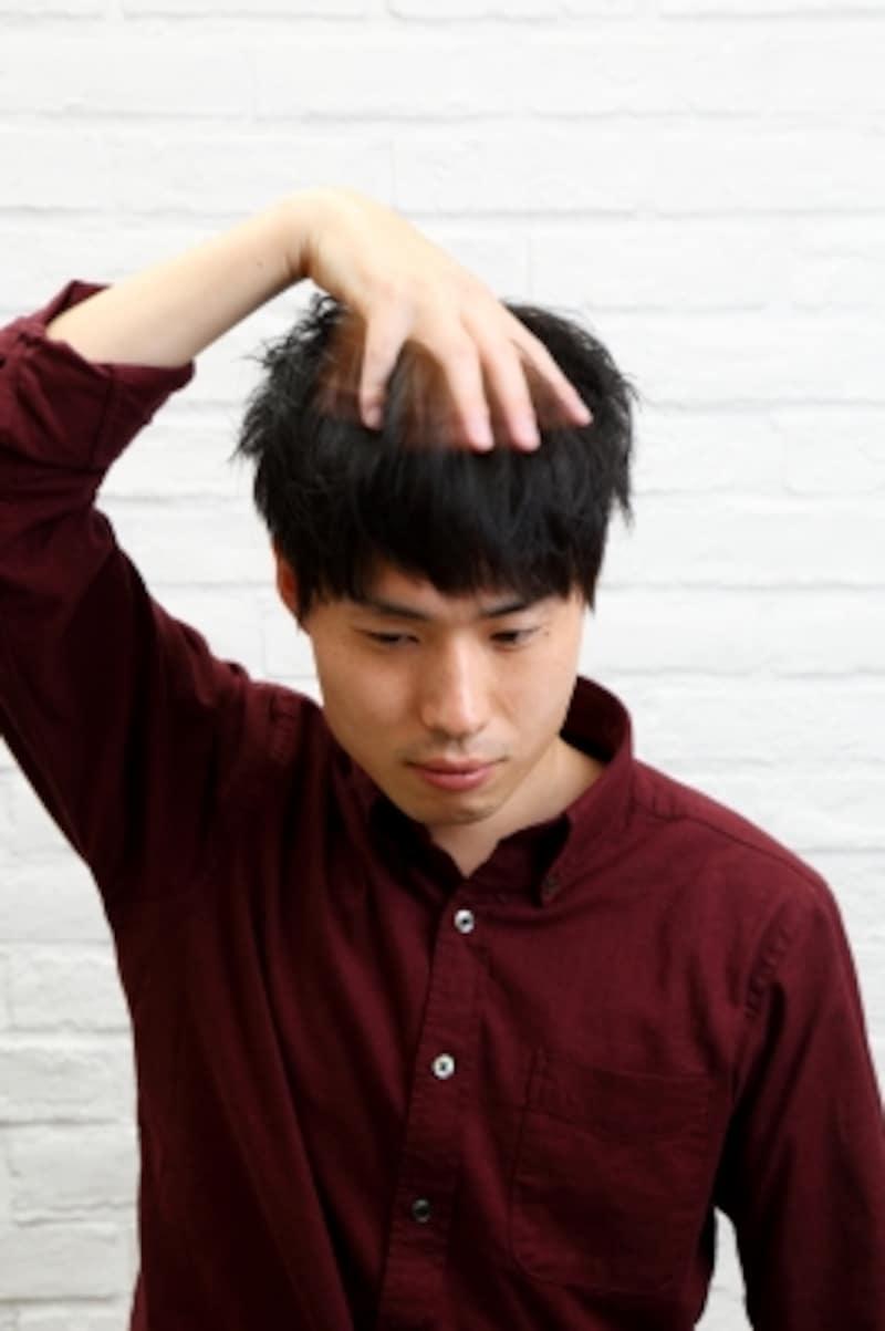 髪をバサバサ動かす