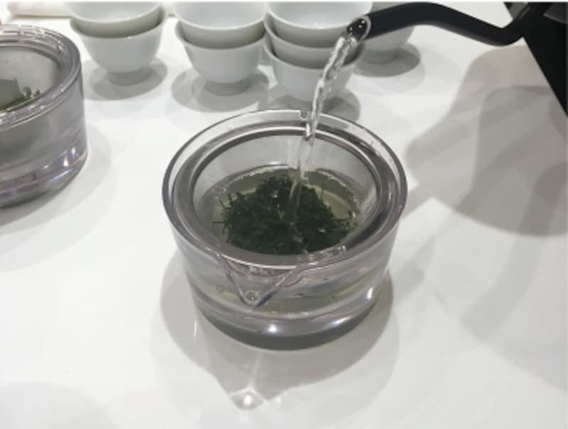 煎茶堂東京のオリジナル透明急須は、使い方は普通の急須とまったく同じ