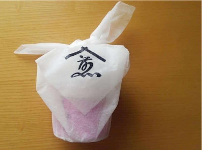 煎茶堂東京のオリジナル風呂敷に包んで