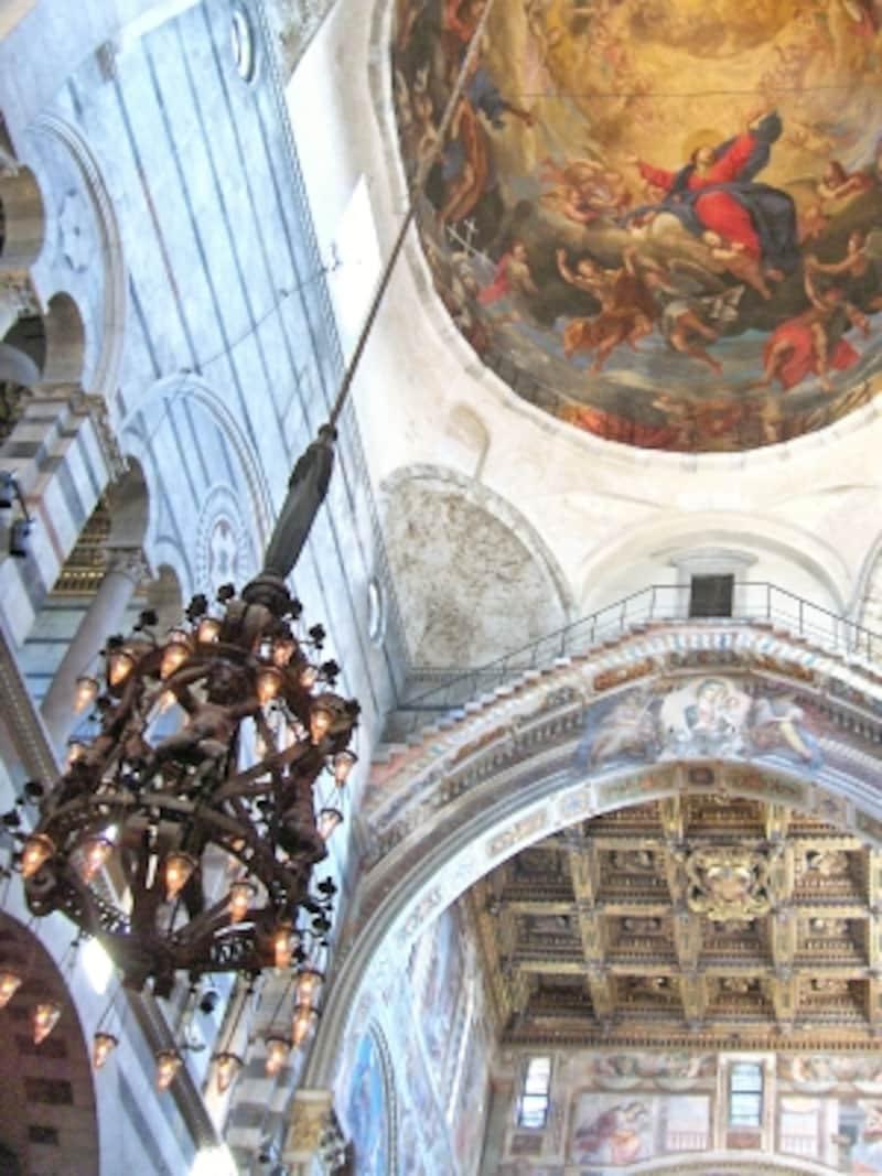 大聖堂の天井から吊り下げられたランプ