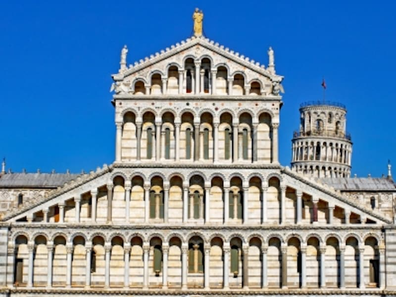 柱と半円アーチに覆われたピサ大聖堂