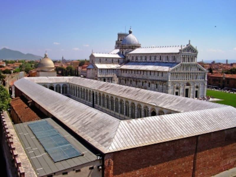 北側から眺めたドゥオモ広場、カンポサントと大聖堂