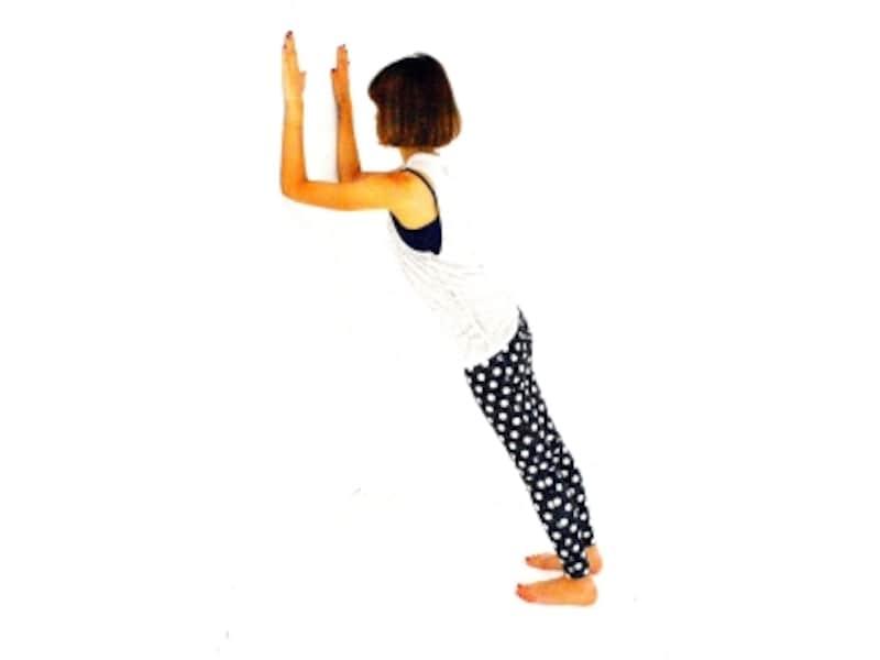 エアープランク1undefined両肘を壁につけ、ドローイングした状態を作り体をまっすぐ伸ばす