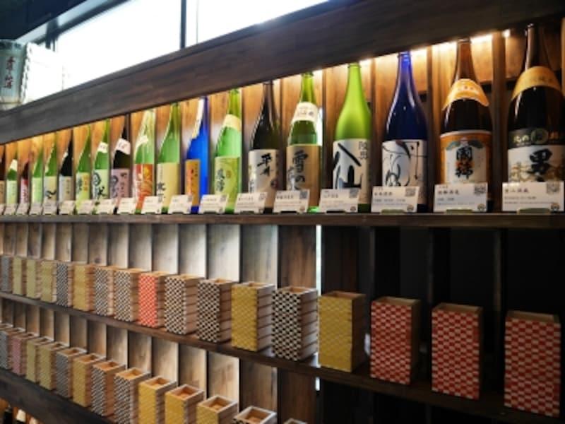 「AKATSUKINOKURA」には常時100種類の日本酒が並びます(2017年11月17日撮影)