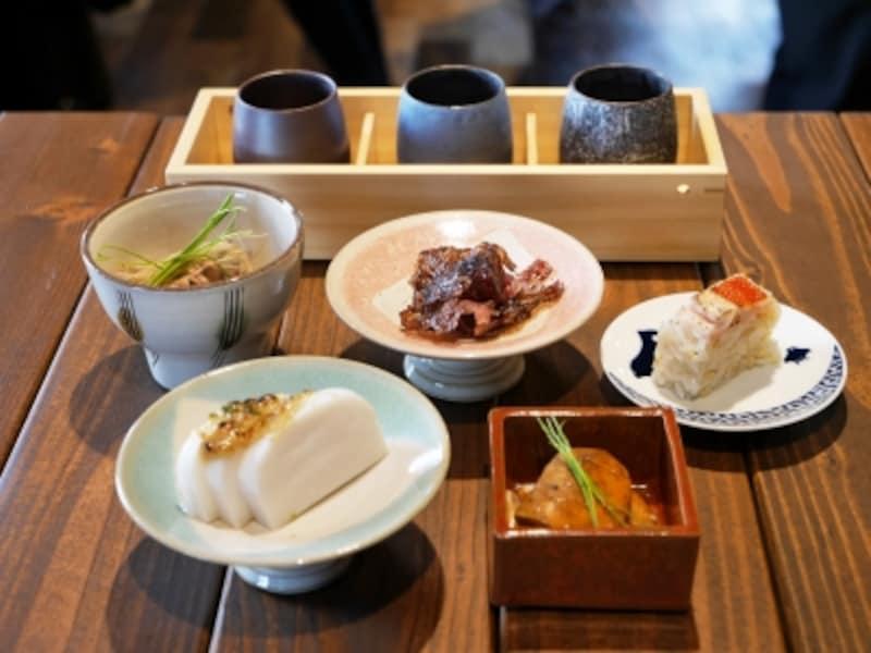 日本酒もアテも少しずつ、いろいろ試せる気軽な価格と量がうれしい!(2017年11月17日撮影)
