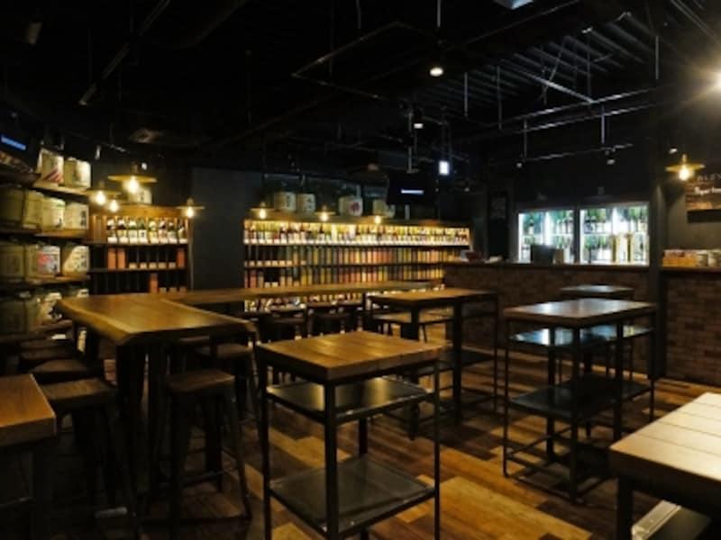 テーブルやカウンター、棚には木(モンキーポッドやセン、クリなど)が使われており、あたたかみがあり、異国情緒あふれる空間(画像提供:広報事務局)