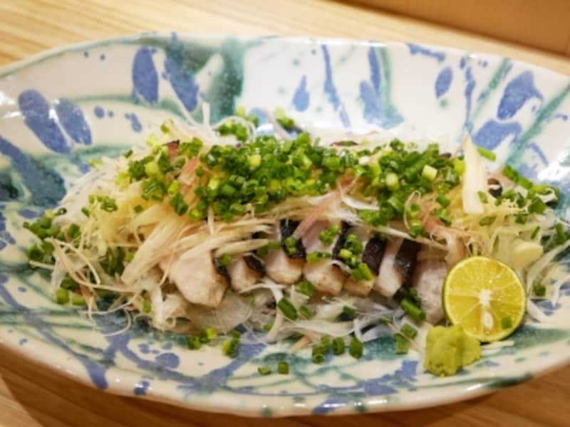 「ハマチの土佐風塩タタキ(1580円)」。グループで楽しめるサイズ(2017年11月17日撮影)
