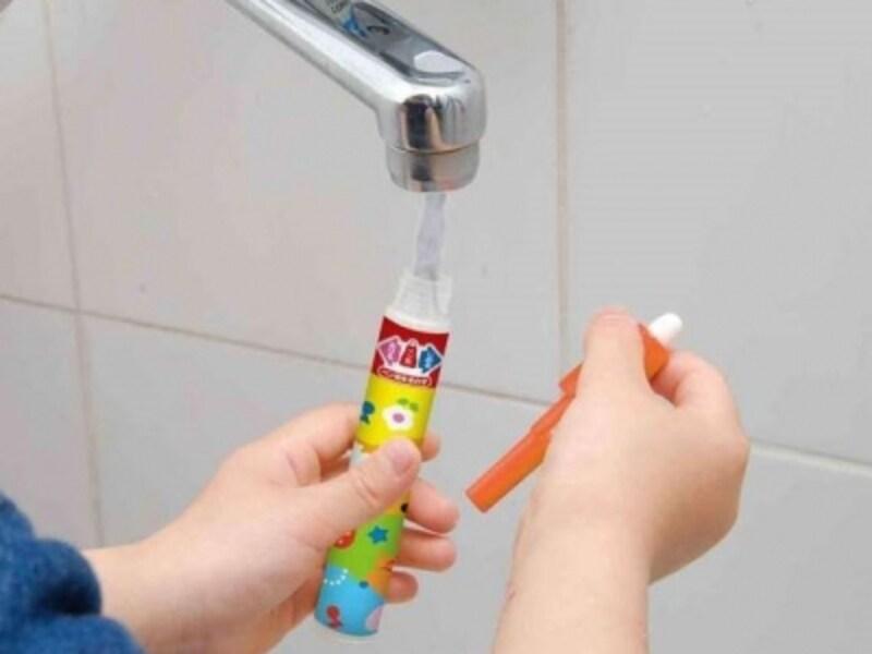 ペンと同じく、セットのスタンプとローラーも水がインク替わり
