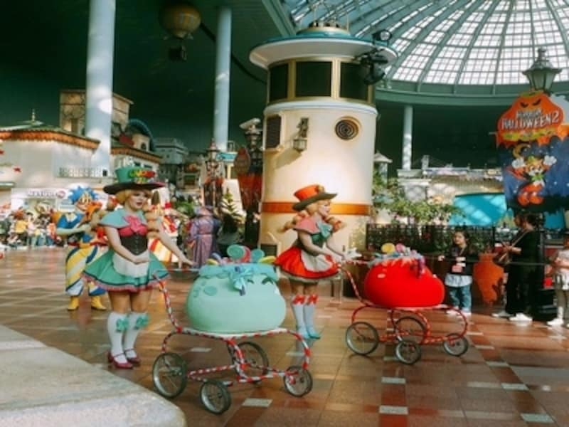 季節によって出演者の衣装やフロートが変わります。特に夜のパレードは幻想的で見もの