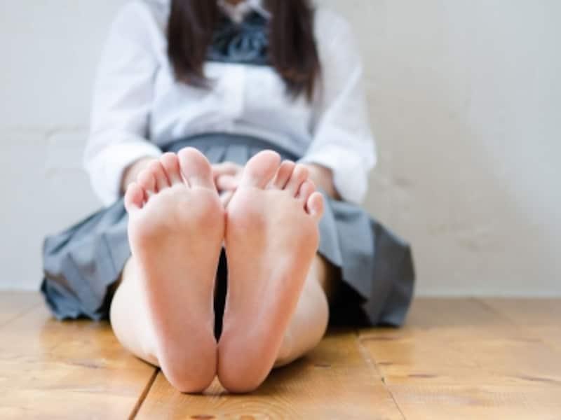 足裏を見せる女性