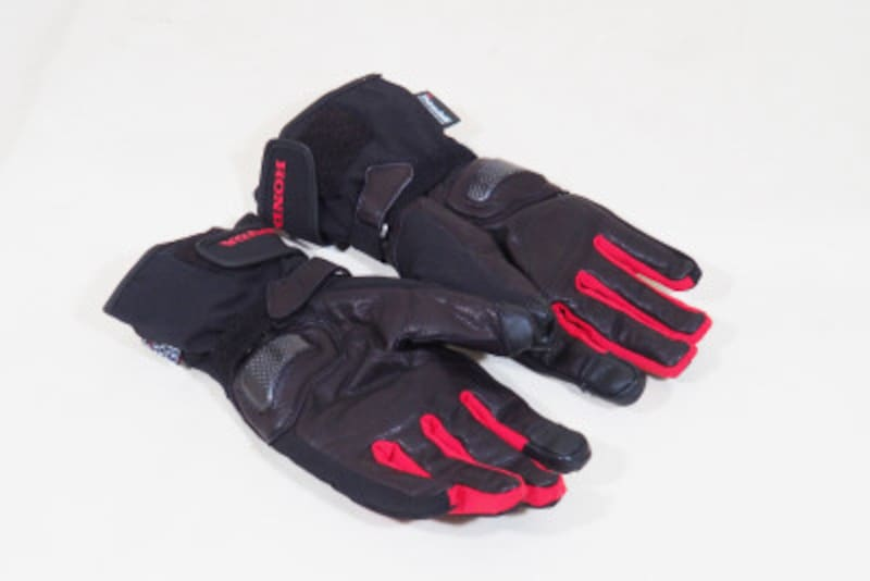 指先にはリフレクター、掌には緩衝パッドなど機能性が充実している