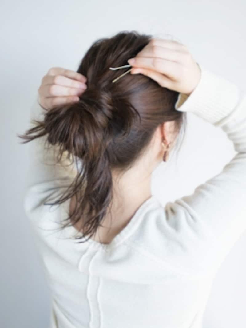 巻きつけた毛束をアメピンで固定