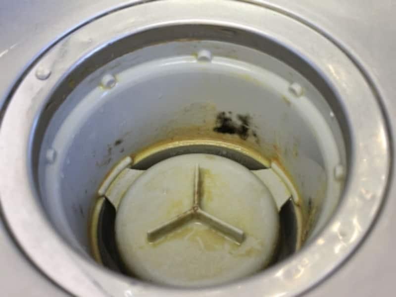 2週間以上掃除をさぼった結果、ひどく汚れてしまった排水口です