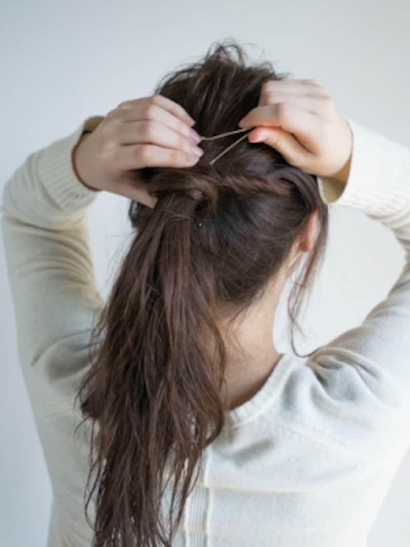 サイドの毛束を巻きつけてピンで固定