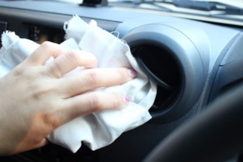 雑巾などで拭きとれる部分は、さっと拭きます。
