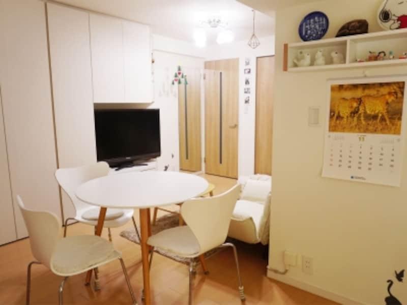 一人暮らしの部屋実例。左手に見えるテレビ台も兼ねた大型収納。大容量で使いやすく考えられている