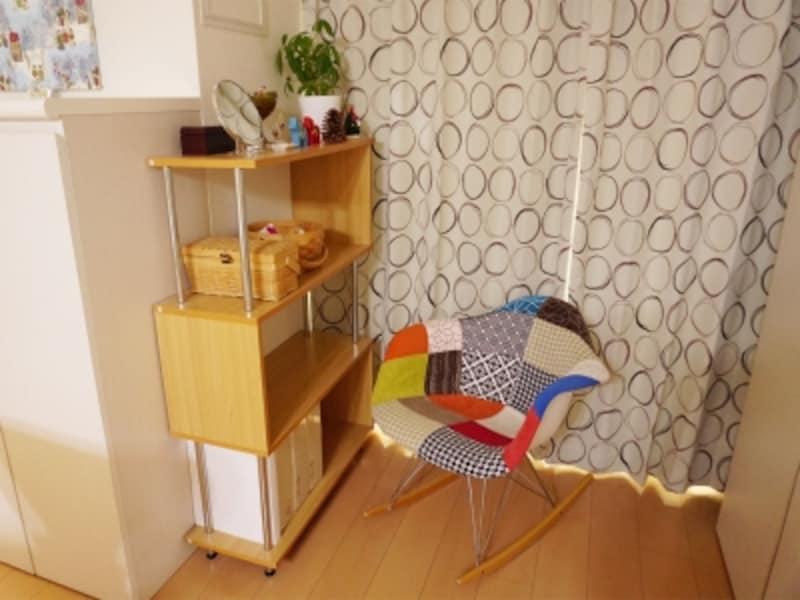 一人暮らしの部屋実例。窓際に置かれたカラフルなチェアがインテリアのアクセントに