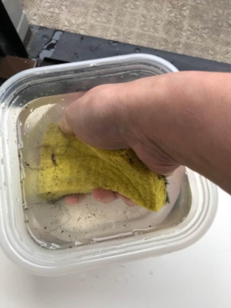 窓サッシの掃除の手順。セルローススポンジが汚れたらプラカップに入れてにぎにぎ、ギュッ。これだけですすぎ完了!