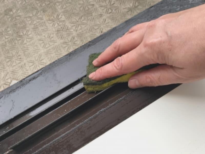 窓サッシの掃除の手順。最後にぎゅっと絞ったセルローススポンジで、残った水気を拭きあげておしまい。とっても簡単!