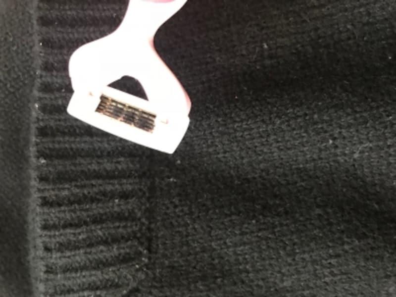 衣類ブラシで取りきれなかった毛玉を、ハサミや女性用のT字カミソリで優しく取り除きます