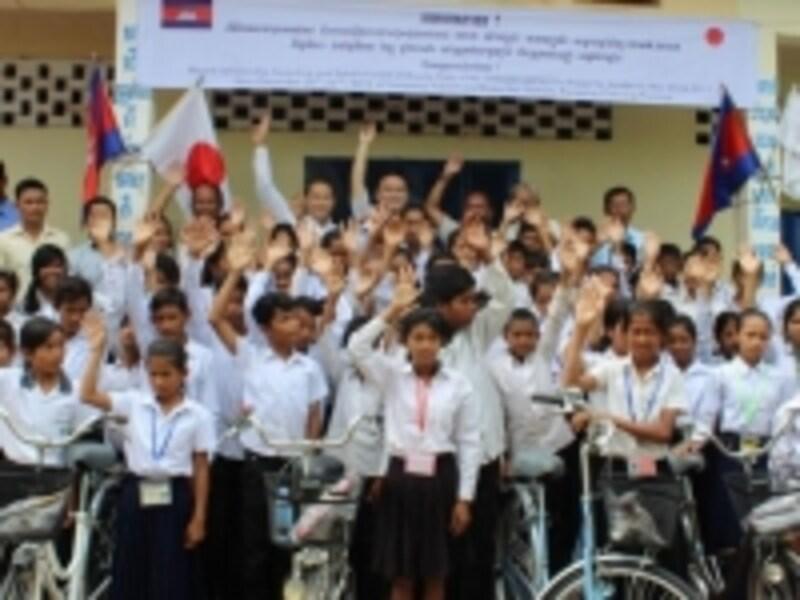 カンボジアの中学生の通学支援のために100台の自転車を送る