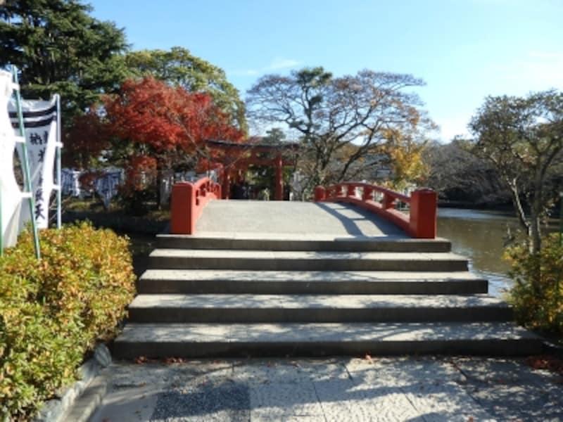 源氏池の橋を渡って旗上弁財天社へ