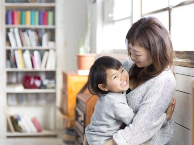 娘を抱っこする母