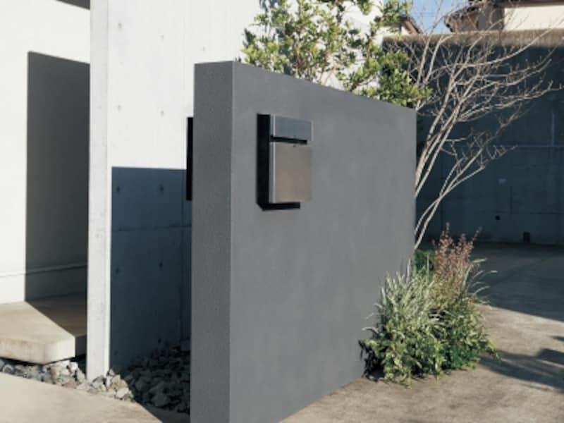 郵便ポストと宅配ボックスがひとつになったタイプ。門塀などへの埋め込み、専用ポールに取り付け可能。外扉があるので、すっきりとしたデザインが特徴。[戸建住宅用宅配ポストコンボ-Fアルミへアライン]undefinedパナソニックエコソリューションズundefinedhttp://sumai.panasonic.jp/