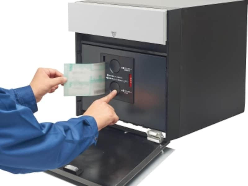 伝票を差し込みボタンを押すことで捺印可能は独自の押印機構。電気配線工事も不要。[戸建住宅用宅配ポストコンボ-F]undefinedパナソニックエコソリューションズundefinedhttp://sumai.panasonic.jp/