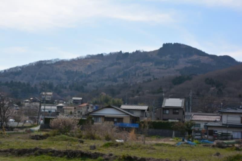 長瀞駅の西方に聳える伝説の山、宝登山