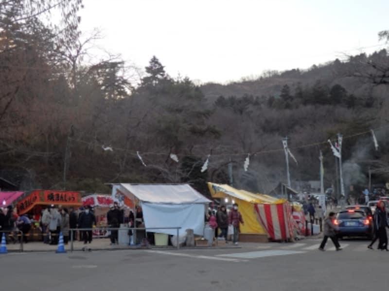 露店が並ぶ宝登山の山麓