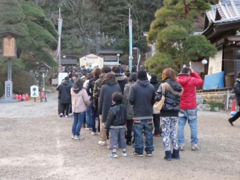 二の鳥居の手前から始まる初詣客の行列(2015年1月1日15:54)