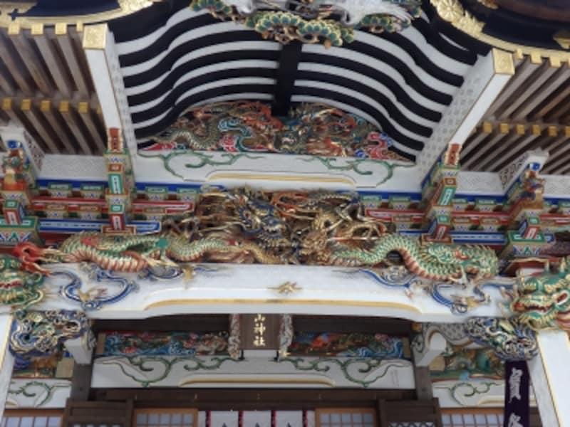 本殿正面の向拝を飾る5頭の竜の彫刻