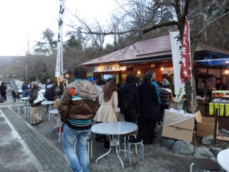 二の鳥居の東の茶屋風の売店