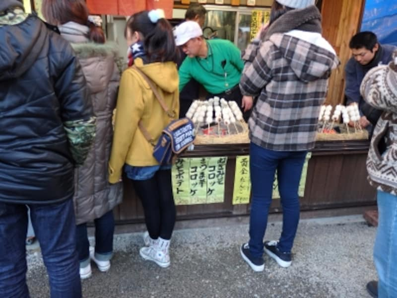 売店の入口で炭火焼きされる黄金だんご