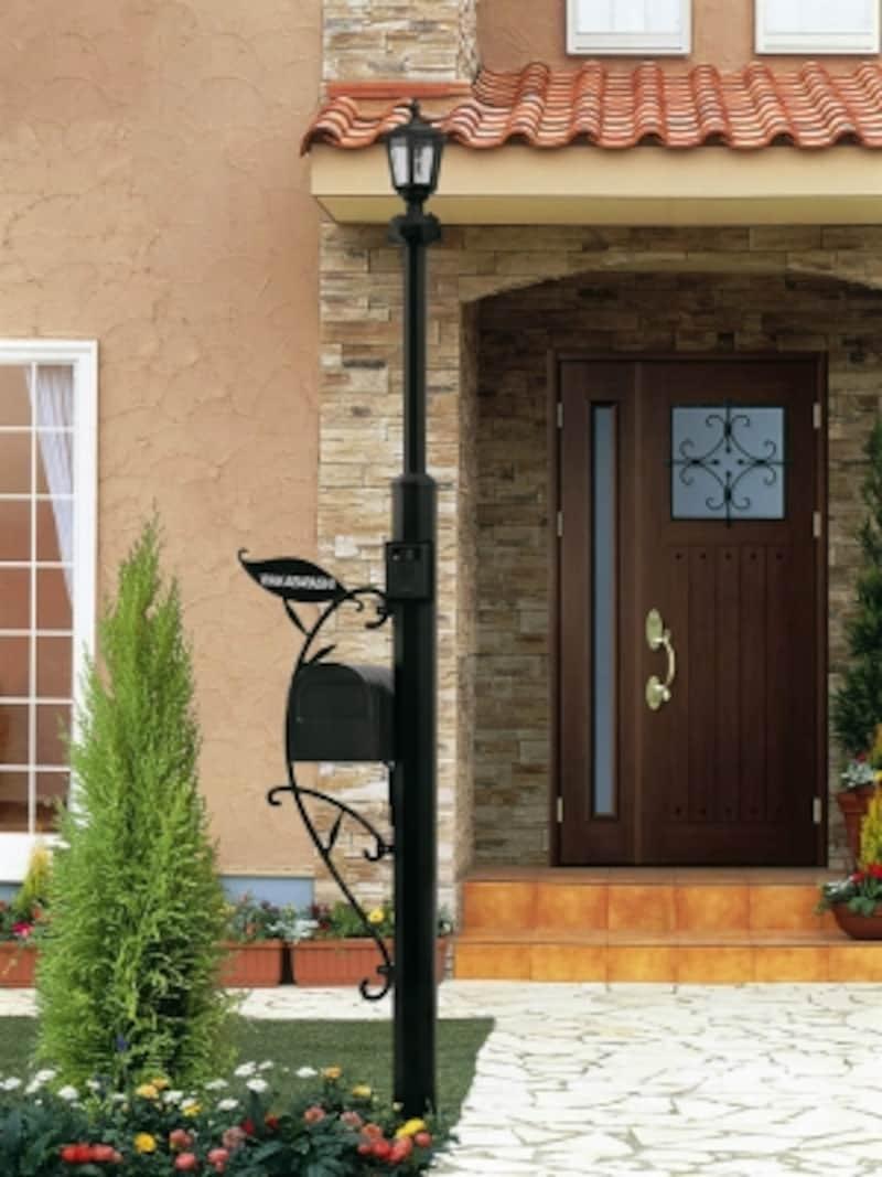 ヨーロッパのイメージを表現した門柱。さまざまなデザインのポストを組み合わせることができる。[シャローネ機能門柱1型]undefinedYKKAPhttp://www.ykkap.co.jp/