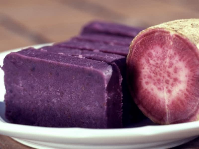 和菓子などに用いられる紫芋,フィリピンのウベは、より鮮やかな紫色をしており、アイスクリームなどに用いられます