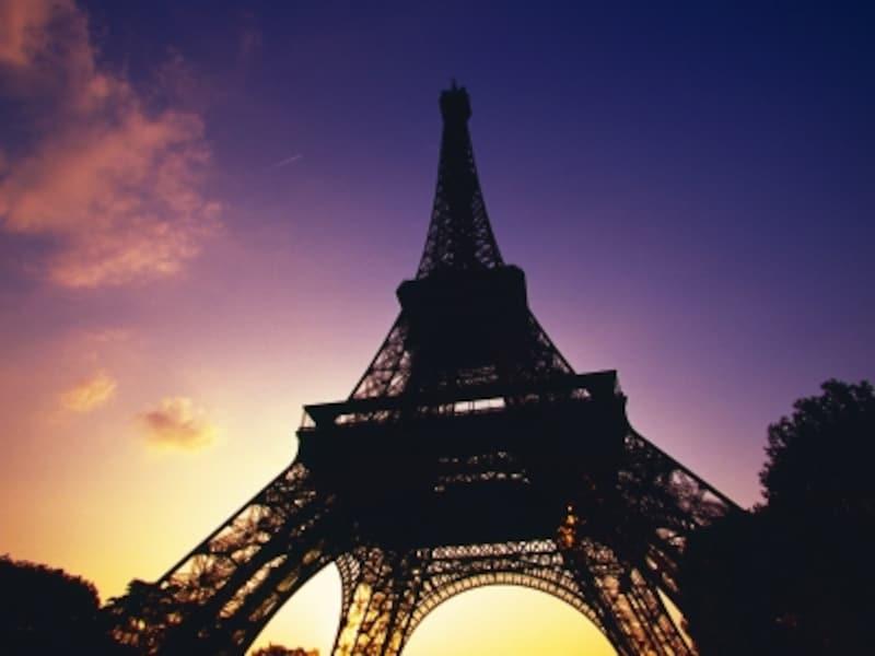 パリのエッフェル塔,1963年に発足したインターカラー(国際流行色委員会)は、ヨーロッパを中心にグローバルなカラートレンド情報を発信しています