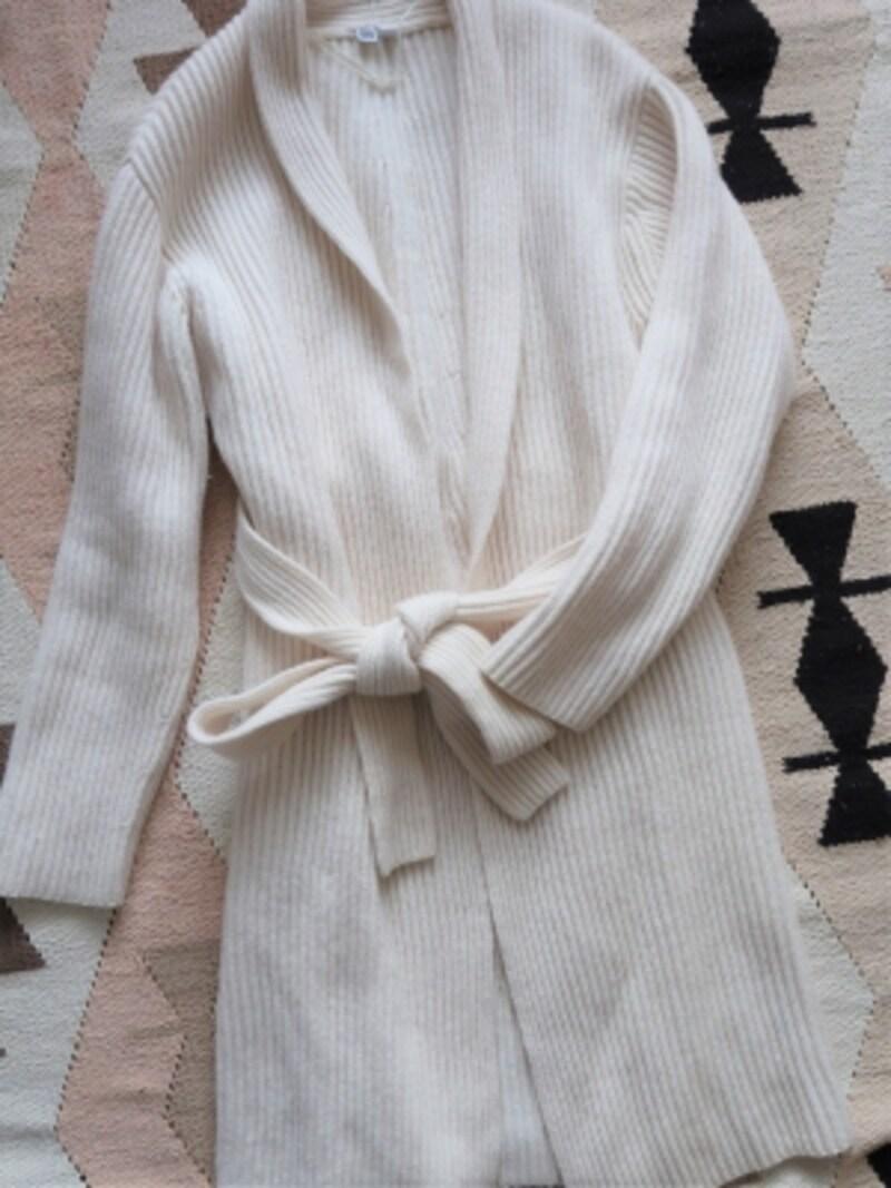ガウン系アウターのコーデには意識してシャープさのある着こなしに仕上げるのがポイント