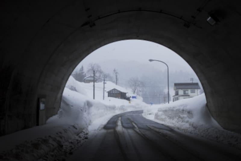 トンネル出入り口は特に注意を