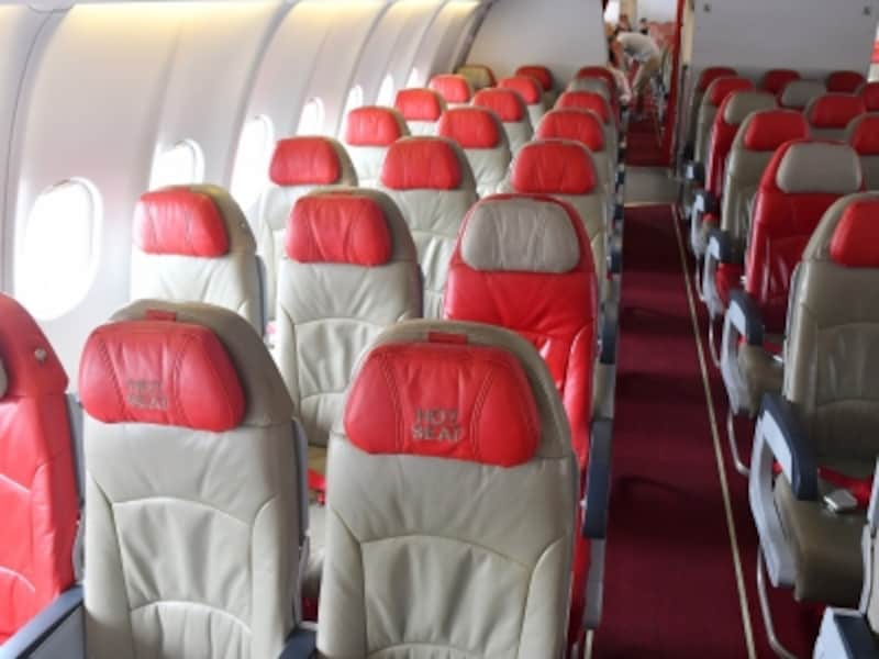 エアアジアXのエコノミークラス。足元が広い座席は「ホットシート」で、有料で指定できます