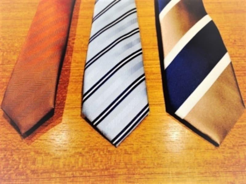 時代で変わるネクタイ幅。左画像はナローネクタイ。中画像は近年の平均的なネクタイ。右画像は気持ち太めのネクタイ。